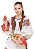 Slovakiskt målade easter för flicka innehav ägg Arkivfoton