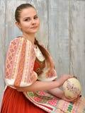 Slovakiskt målade easter för flicka innehav ägg Arkivfoto