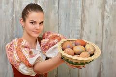 Slovakiskt målade easter för flicka innehav ägg Arkivbild