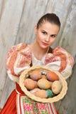 Slovakiskt målade easter för flicka innehav ägg Royaltyfri Bild