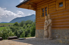 Slovakiskt trähus med statyer Arkivbilder