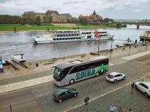 Sloveense busritten langs de rivieroever van Dresden Stock Foto's