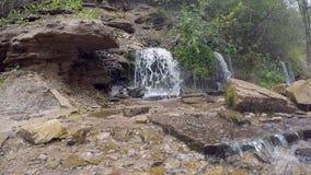 Sloveense watervallen in Izborsk, het gebied van Pskov van Rusland stock video
