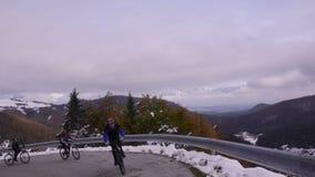 slovenië De herfst De weg op de helling van de vallei stock footage