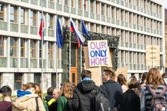 Slovenië, Ljubljana 15 03 2019 - Jonge protestors met banners bij een de Jeugdstaking voor klimaat maart royalty-vrije stock afbeeldingen