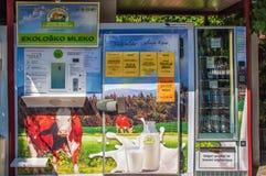 Slovenia, Isola Sierpień 29 2012 Aparat dla ulicznej sprzedaży mleko Mleko butelkuje i wydaje maszyną Fotografia Stock