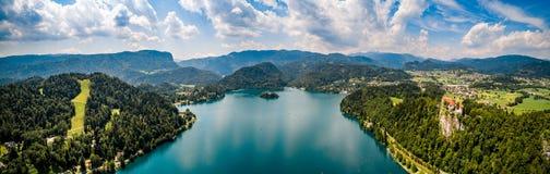 Slovenia - panorama kurortu jezioro Krwawiący Fotografia Stock
