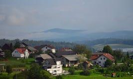 Slovenien för berg för by för Vas för BelÅ ¡ inja dimmigt landskap Europa arkivbilder