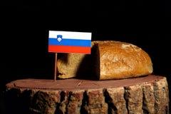 Slovensk flagga på en stubbe med bröd Arkivfoton