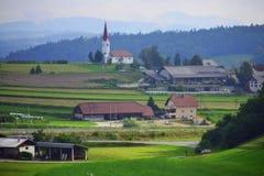 Slovenskt bergbosättninglandskap Europa arkivbild