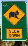 Slow down para o sinal das coalas fotografia de stock royalty free