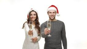 Slow-motion jonge paar geniet van drinkend champagne viert voor Kerstmispret samen voelend aantrekkelijkheid stock footage