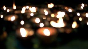 Slow-motion kaarslicht bokeh en de achtergrond van onduidelijk beeldkaarsen stock videobeelden