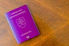 Slowaaks purper paspoort op een houten lijst stock afbeeldingen