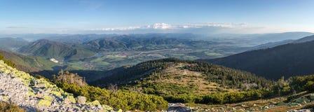 Slowaaks schitterend bergachtig landschap met blauwe hemel Stock Fotografie