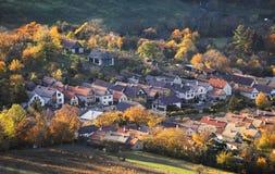 Slowakei-Dorf an der Herbstsonnenunterganglandschaft mit haus- Plaveck lizenzfreie stockfotografie