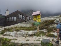 Slowakei, hoher Tatra-Berg, am 13. September 2018: Wanderer der jungen Männer, der Hinterwegweiser vor teryho chata Gebirgsfahrer lizenzfreie stockbilder