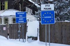 SLOWAKEI, LYSA POLANA - 5. JANUAR 2015: Slowakischer Grenzpfeiler auf Lysa Polana in den hohen Tatras-Bergen Stockbilder