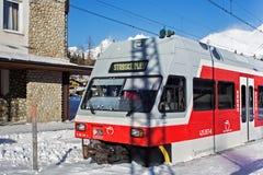 SLOWAKEI, STRBSKE PLESO - 6. JANUAR 2015: Elektrischer Hochgeschwindigkeitszug kam auf dem Bahnhof in Strbske Pleso an Stockfoto