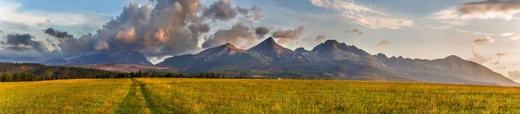 Slowakei - Tatras am frühen Morgen Wolken über den Bergen stockbilder