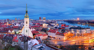 Slowakije - Bratislava bij nacht stock foto's