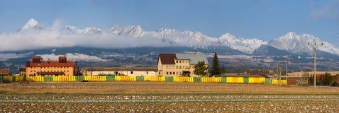Slowakije, Poprad-Vallei Industrieel Landschap die de Snow-Covered Pieken van Hoge Tatras en Lomnicky Stit overzien Stock Fotografie