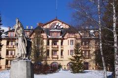 SLOWAKIJE, STARY SMOKOVEC - 06 JANUARI, 2015: Mening van het Grote Hotel in de populaire Hoge Tatras bergen van toevluchtstary Sm stock afbeelding