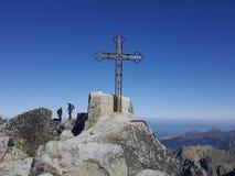 Slowakije, Tatra-bergen - het kruis op de Gerlach-oogst stock foto's