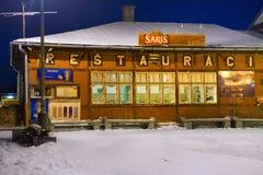 SLOWAKIJE, TATRANSKA LOMNICA - 05 JANUARI, 2015: Traditioneel oud helft-hout restaurant in de bouw van het station Stock Fotografie