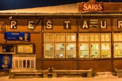 SLOWAKIJE, TATRANSKA LOMNICA - 05 JANUARI, 2015: Traditioneel oud helft-hout restaurant in de bouw van het station Royalty-vrije Stock Foto's