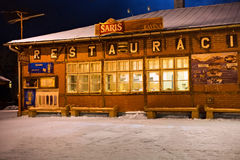 SLOWAKIJE, TATRANSKA LOMNICA - 05 JANUARI, 2015: Traditioneel oud helft-hout restaurant in de bouw van het station Stock Foto