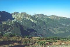 Slowakische Karpatenberge im Herbst sonnige Bergkuppen in der Summe Stockfoto