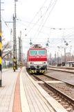 Slowakischer elektrischer Zug auf Station Bratislava Lamac stockbilder