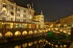 Slowenien, Ljubljana bis zum Nacht - dreifache Brücke über Fluss Ljubljanica Stockbilder