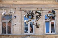 Slowenien, Ljubljana, hängende Schuhe Lizenzfreie Stockfotografie