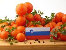 Slowenisch Flagge auf einer Holzverkleidung mit den Tomaten lokalisiert auf einem whi Stockbilder
