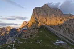 Slowenisch Flagge in der Hochgebirgeumwelt Stockfotografie
