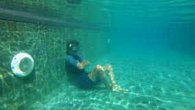 Slowmotion подводная съемка удерживания дыхания тренировки freediver молодого человека в бассейне r сток-видео