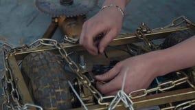 Slowmotion человек вручает ремонтировать робот сражения, вытягивая шнуры сток-видео