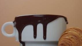 Slowmotion av tagande för varm choklad ut ur koppen som gör trevliga smooges Royaltyfria Foton