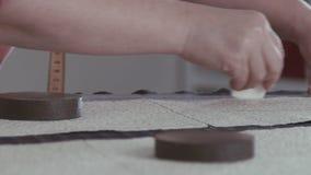 Slowmotion Bitande tyger Kvinnan syr kläder arkivfilmer