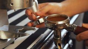Slowmotion de koffie van Baristamalen stock footage