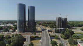 Slowmotion de stadsweg van Riga met auto's en torens het leven van de de vlucht oude stad van de woningbouwhommel de luchtvlucht  stock footage