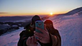 Slowmotion folk för solnedgångSelfie vinter arkivfilmer