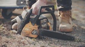 SLOWMOTION fors av bitande trä för man arkivfilmer