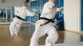Slowmotion kobiety ` s karate sztuczka blisko lustra w gym zdjęcie wideo