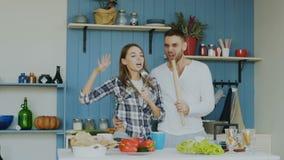 Slowmotion Młoda radosna para zabawa śpiew i tana w kuchni podczas gdy ustawiający stół dla śniadania w domu zbiory