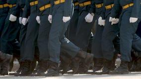 Slowmotion militarne nogi maszeruje wzdłuż plenerowego klonu rytmu zamkniętego w górę zbiory wideo