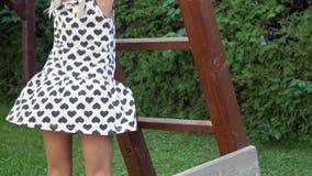 Slowmotion 3-5 roczniaka mała dziewczynka bawić się zabawę outdoors i ma w pogodnego podwórko ogrodowym cieszy się dzieciństwie zbiory wideo