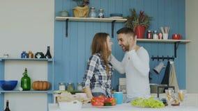 Slowmotion Rozochoceni i atrakcyjni potomstwa dobiera się w miłości tanczy wpólnie rocknroll tana w kuchni w domu dalej zbiory wideo